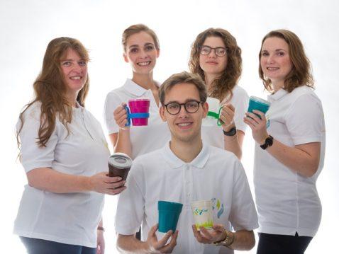 Jugendliche und Erwachsene mit weißen T-Shirts posieren mit den FairCups