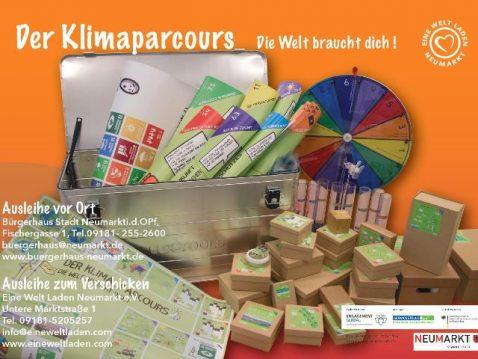 Materialen des Ladens vor orangenem Hintergrund mit Info Text im Vordergrund
