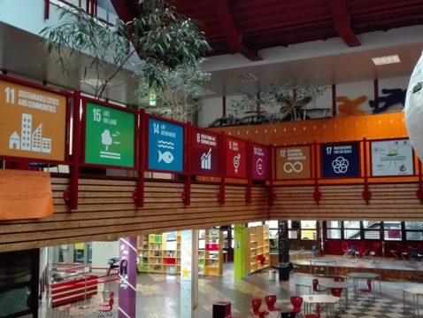 Eine Halle im Gymnasium mit SDG Postern