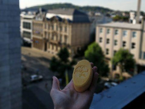 Seife in Hand vor Stadt Hintergrund
