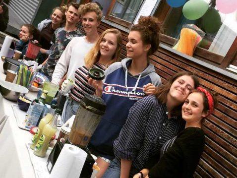 Jugendliche vor einem Tisch