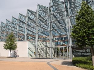 Die Glasfassade des Umweltbundesamtes in Dessau
